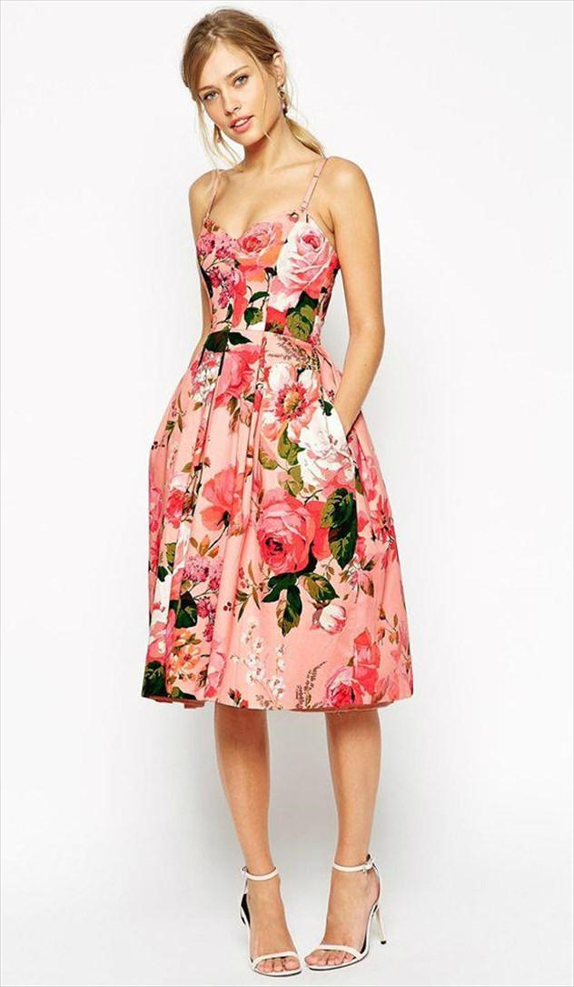 3aaa48257ee7 Εμείς κάναμε μια επιλογή από floral φορέματα και συ