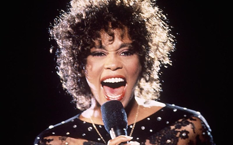 i-eikoniki-whitney-houston-ksekina-pagkosmia-periodeia-to-2020