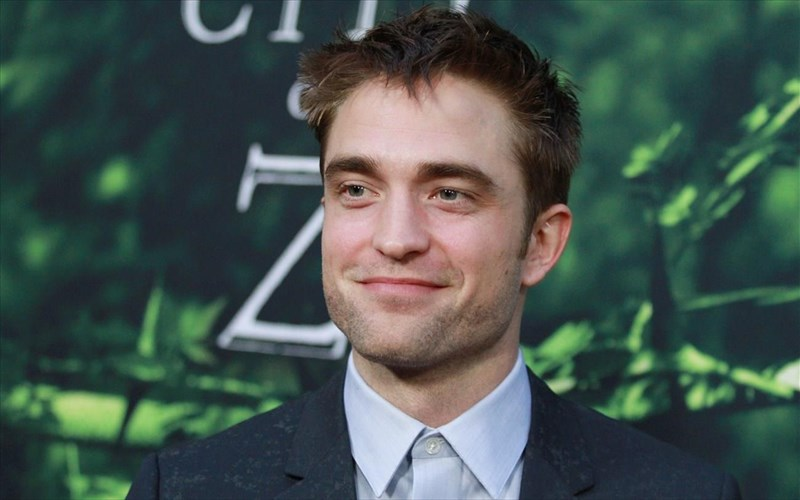 o-robert-pattinson-diabaze-kritikes-se-sex-shop-gia-na-pernaei-tin-ora-tou