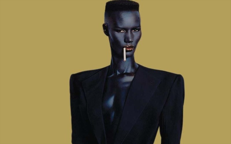 oi-paragogoi-tou-no-time-to-die-prospathisan-na-ta-broun-me-tin-grace-Jones